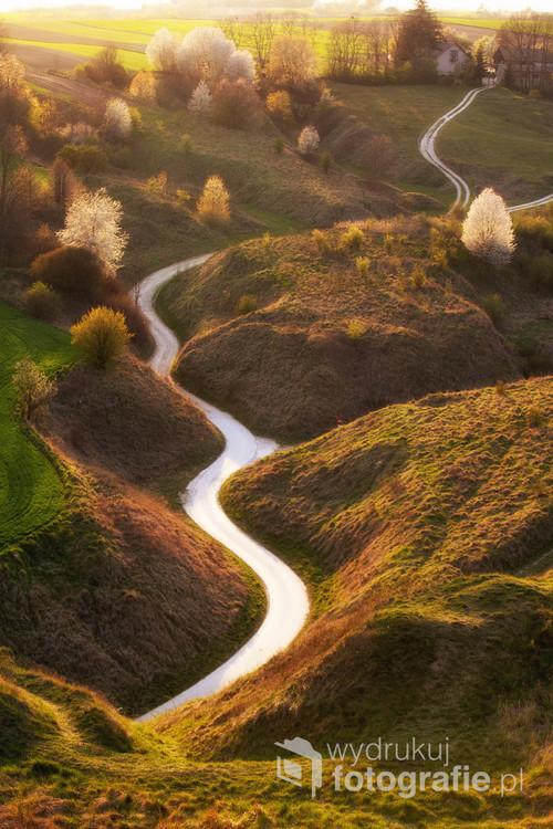Fotografia przedstawia bardzo malowniczą krainę w województwie Świętokrzyskim. Kraina ta nazywa się Ponidzie.