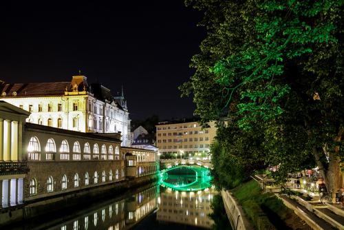 Słowenia - sierpień 2021r. Widok na jeden z kilku mostów popularnych na starówce i zabytkową architekturę miasta.