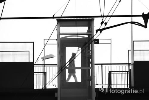 Punktem wyjścia do zrobienia zdjęcia była otoczka industrialnego wiaduktu w Gdyni Orłowie. Brakowało tylko człowieka, który wpisałby się w całość. Cierpliwe wyczekiwanie zaowocowało tworząc ciekawą kompozycję. Fotografia nagrodzona w konkursie Street Art Photo Call 2017 w ramach III edycji Międzynarodowego Festiwalu Fotografii Białystok INTERPHOTO.