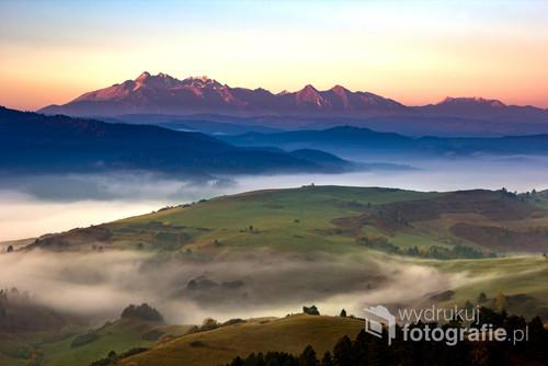 Ujęcie wykonane ze zboczy Małych Pienin. Poranne mgły dodają uroku jesiennym krajobrazom, jednak chwile te szybko mijają, dlatego warto uwiecznić je na fotografii.