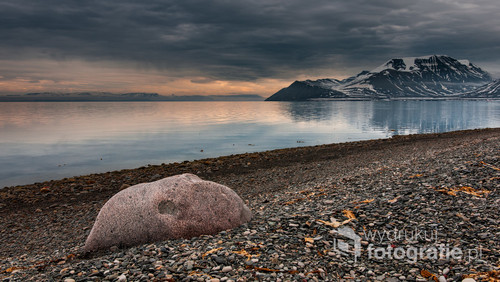 Wybrzeże Isfjorden w okolicach lotniska Longyearbyen na Spitsbergenie.