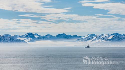 Park Narodowy Północnego Isfjordu – położony jest w zachodniej części Spitsbergenu, wzdłuż wysp i północnego brzegu fiordu Isfjorden, w archipelagu Svalbard, położonego pomiędzy Morzem Barentsa a Morzem Grenlandzkim. Zdjęcie zrobione z wybrzeża na zachód od Longyaerbyen.