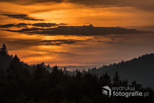 Zachód słońca nad wsią Krzywe w Bieszczadach.
