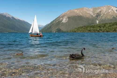 Krystalicznie czysta woda, nienaruszony ludzką działalnością krajobraz górski - oto jeziora południowej wyspy Nowej Zelandii.