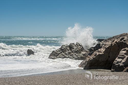 Plaża nad Morzem Tasmana na południowej wyspie Nowej Zelandii.