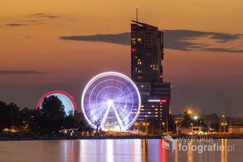 Fotografia wykonana z nadmorskiego bulwaru w Gdyni. Na zdjęciu widoczny wieżowiec Sea Tower