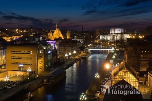 Wieczorna fotografia centrum Bydgoszczy z jej czterema najbardziej charakterystycznymi budynkami