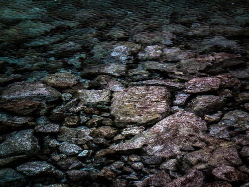 Kamienie w wodzie. Tatry. Zachwycające przejście światła na granicy dwóch żywiołów: ziemi i wody.
