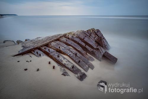Wraz z nadejściem jesieni nadeszły silne wiatry oraz sztormowa pogoda, które uwidoczniły zalegający wrak XIX-wiecznego statku zalegającego na plaży w Międzywodziu, PL