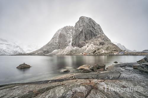Zdjęcie powstało podczas marcowej foto wyprawy na Lofoty. Warunki były ekstremalne do fotografii krajobrazu. Niska temperatura, wiatr, deszcz i śnieg utrudniały pracę. Lofoty, Norwegia