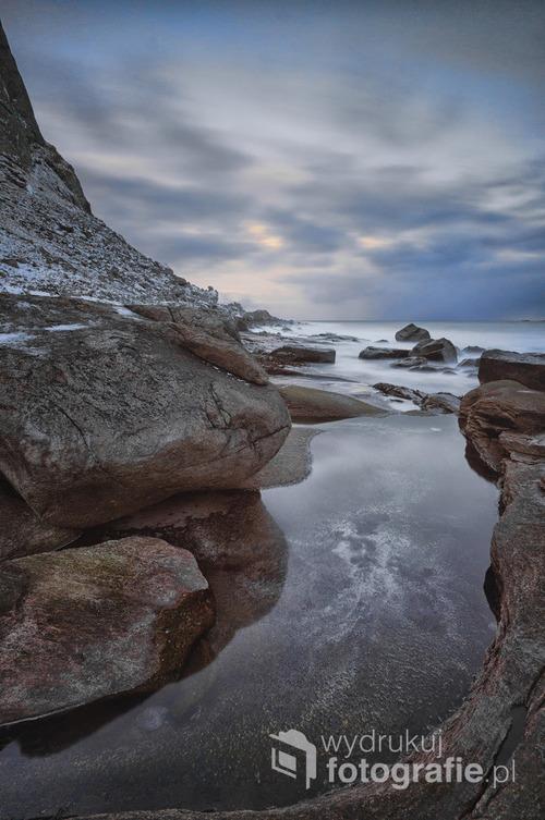 Zdjęcie powstało podczas marcowej foto wyprawy na Lofoty. Warunki były ekstremalne do fotografii krajobrazu. Niska temperatura, wiatr, deszcz i śnieg utrudniały pracę. Lofoty, Norwegia  Fotografia wyróżniona w międzynarodowym konkursie fotograficznym