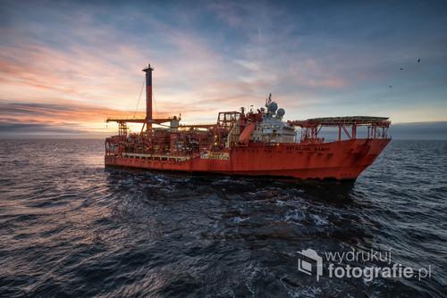 Fotografia przedstawia FPSO Petrojarl Banff przy wschodzie Słońca. Ulokowane jest ono na Morzu Północnym i tworzy część pola naftowego Banff.  Fotografia zajęła 2 miejsce w kategorii Architektura: przemysł w międzynarodowym konkursie fotograficznym