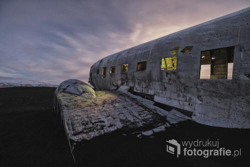 1 listopada 1973 roku na Sólheimasandur, na zachód od miejscowości Vik, rozbił się samolot. Załoga przeżyła, ale przyczyny awarii do dziś pozostają niejasne (uszkodzenia mechaniczne, a może warunki pogodowe?) Maszyna była jedną z czterech Douglas Dakota DC 3 znajdujących się w bazie US Navy w Keflaviku. Samolot, który wcześniej służył w wojnach koreańskich i w Wietnamie, skończył swój żywot w Islandii.