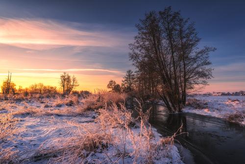 Fotografia wykonana w bardzo mroźny, lutowy poranek nad rzeką Mrogą.