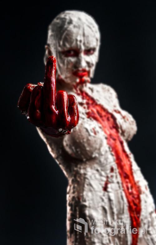 Nieoczywisty kadr z jednej z sesji. miało być groźnie, wulgarnie i przerażająco. Wielogodzinna charakteryzacja, litry sztucznej krwi i dobrze spędzony dzień. Zdjęcie dla konesera tego gatunku.