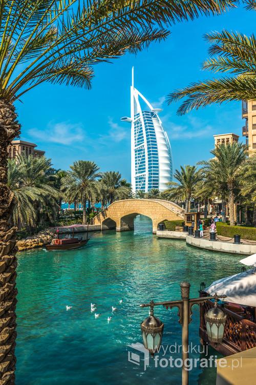 Burj Al Arab to jeden z najwyższych i najbardziej luksusowych hoteli na świecie. Projekt wykonał Tom Wright z firmy WS Atkins PLC. Znajduje się w Dubaju, w Zjednoczonych Emiratach Arabskich, i stanowi część kompleksu wypoczynkowego Jumeirah Beach Resort. Budynek hotelu stoi na sztucznej wyspie położonej 280 m od plaży w Zatoce Perskiej. Kształtem przypomina żagiel, ma 321 m wysokości, co czyni go najwyższym budynkiem świata niezawierającym pomieszczeń biurowych oraz najwyższym budynkiem hotelowym świata.
