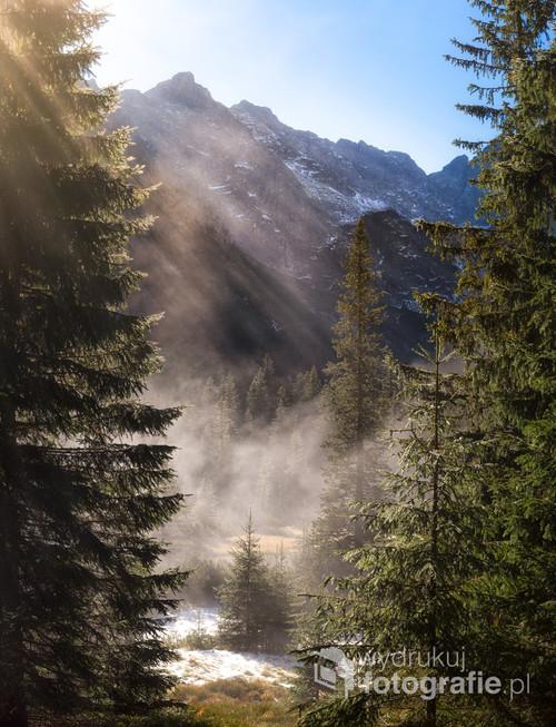 Piękny poranek w Tatrach, niesamowite mgły i przenikające promienie Słoneczne.