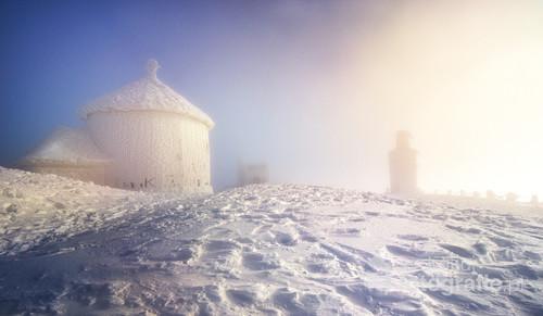 Kaplica św. Wawrzyńca i pomnik na Śnieżce w Karkonoszach
