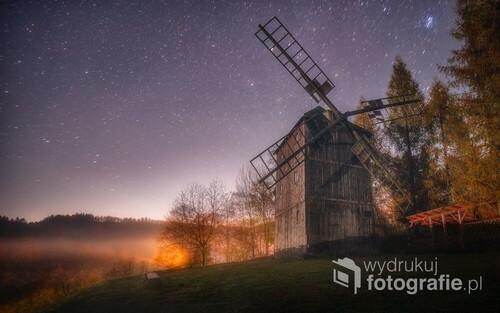 Piękny wiatrak w skansenie w Pstrążnej koło Kudowy Zdrój, mgła, gwiazdy i dawna konstrukcja, magia...