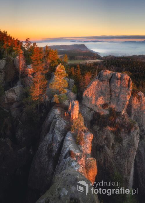 Fotka zrobiona ze Szczelińca Wielkiego, piękny poranek, piękny wschód Słońca i pięknie zamglony krajobraz w dole