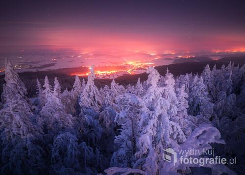 Mroźna noc, dużo śniegu, Radków i trochę chmur które pięknie odbijają światła, magia