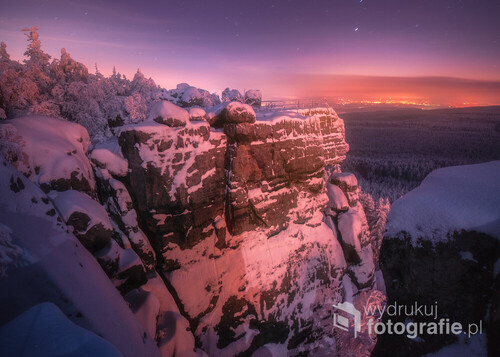 Taras widokowy, pięknie oświetlony przez Karłów który jest mniej więcej za aparatem ale nocna fotografia i długie naświetlanie wyłapało nawet to ledwo widoczne światło