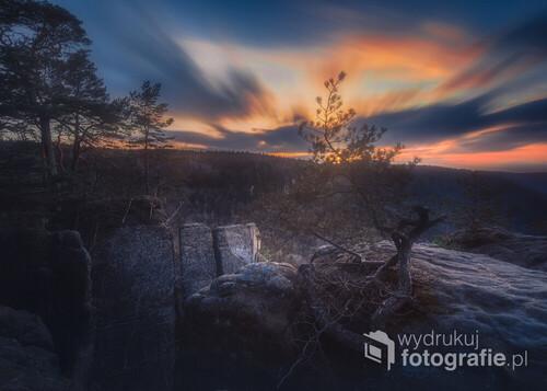 Dłuższy czas naświetlania podczas zachodu Słońca daje spektakularne efekty. Zdjęcie robione w Radkowskich Skałach.