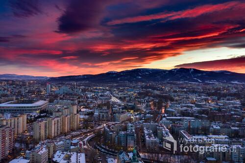 Zdjęcie zostało wykonane tego roku w lutym, przy użyciu drona. Udało się uchwycić niebywałe kolory na niebie, co nadało piękny klimat miastu.