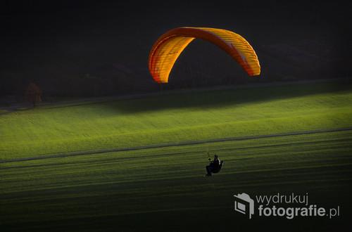 Kamienica na Słowacji. Kwiecień 2016r.  Paralotniarz o zachodzie słońca