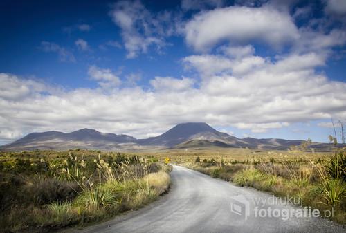 Zdjęcie przedstawia drogę do Parku Narodowego Tongariro w Nowej Zelandii. Między innymi w parku tym zostały nakręcone obie trylogie Tolkiena. Kraina aktywnych wulkanów i księżycowych krajobrazów