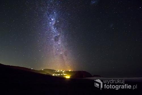 W Nowej Zelandii ze względu na bardzo czyste powietrze i miasta oddalone od siebie nawet o 100km są idealne warunki na fotografowanie nocnego nieba. Tutaj Niebo nad Piha Beach jednej z najpiękniejszych plaż w Nowej Zelandii.