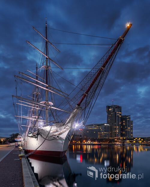 Jednym z obowiązkowych punktów które trzeba zwiedzić w Gdyni jest port. Zacumowany jest tam między innymi statek Dar Pomorza.