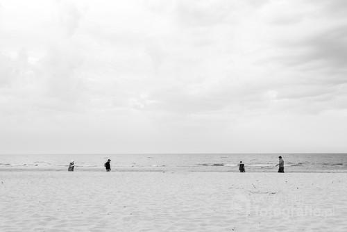 Wybrałem się ze znajomymi na jeden dzień nad nasze morze. Leżeliśmy na plaży, aż nagle zauważyłem, że ludzie idą w przeciwną stronę do siebie w podobnych odstępach.