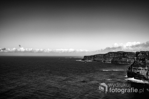 Zdjęcie zrobione w Irlandia na Klifie Moher. Odcinek klifowego wybrzeża Oceanu Atlantyckiego. W najwyższym punkcie sięga aż 214 m