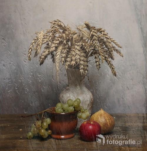 martwa natura z kłosami pszenicy i jesiennymi owocami