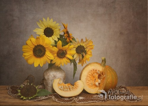 martwa natura ze słonecznikami i dynią