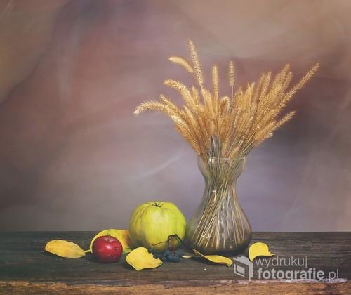 martwa natura z trawami , listkami i jabłkami