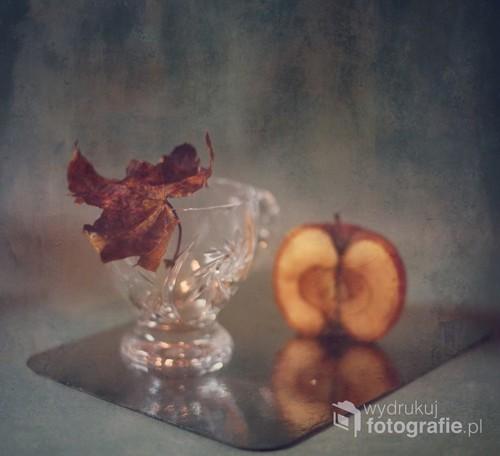 impresja jesienna z liściem i jabłkiem