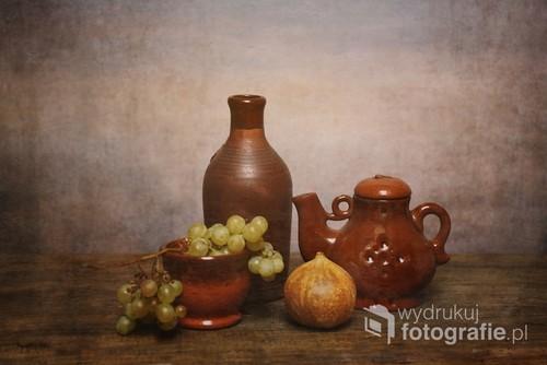 martwa natura z glinianymi dzbankami i winogronem