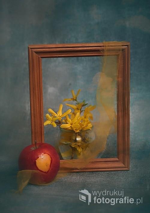 martwa natura z forsycją i jabłkiem