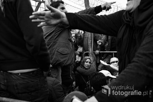 Obóz uchodźców w Idomeni na granicy grecko-macedońskiej, do którego przybywają tysiące imigrantów. Można tam spotkać ludzi z różnych warstw społecznych. Wszyscy znaleźli się tutaj, uciekając przed wojną, śmiercią i głodem. Idomeni (Grecja), 6 marca 2016 r. Fotografia zajęła nagrode za Zdjęcie Roku w konkursie BZ WBK Press Foto w 2017 roku.