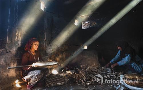 Maroko,merzouga- Zdjęcie zrobione w typowej, tradycyjnej marokańskiej piekarni. To tutaj kobiety ze wsi zbierają się, aby wypiekać chleb dla swoich rodzin.