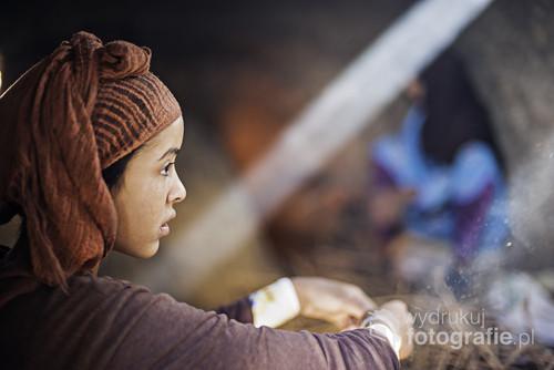 Maroko, portret młodej dziewczyny, wykonany podczas pracy w piekarni w miejscowośći Merzouga.