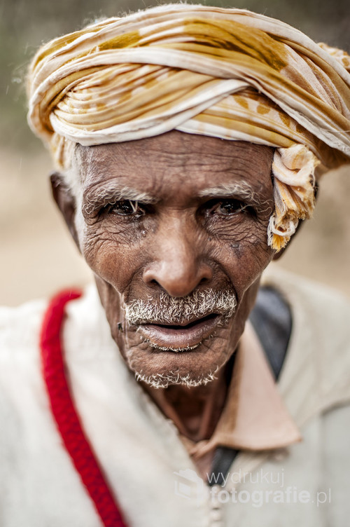 Portret mężczyzny z miejscowości Zagora w tradycyjnym dla tego region stroju.