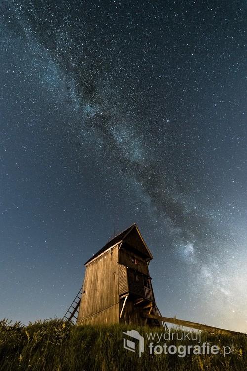 Droga Mleczna nad drewnianym wiatrakiem typu Koźlak Jedno naświetlanie, 3. sierpnia 2018, godzina 23:51, Moraczewo k. Gniezna