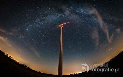 Droga Mleczna nad turbiną wiatrową Pozioma panorama 5 kadrów, 9. września 2018, godzina 00:38-00:45, Jastrzębowo k. Gniezna