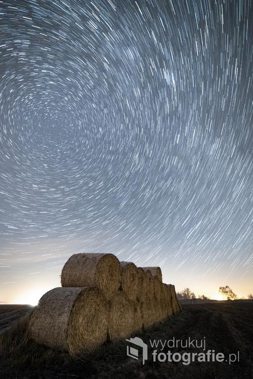 Zdjęcie przedstawia ślady gwiazd, jakie powstały poprzez zarejestrowanie ich pozornego ruchu na nocnym niebie. Kompozycja 30 naświetlań, o łącznym czasie 15 minut, 5. grudnia 2018, godzina 20:58-21:13, Strzyżewo Kościelne k. Gniezna
