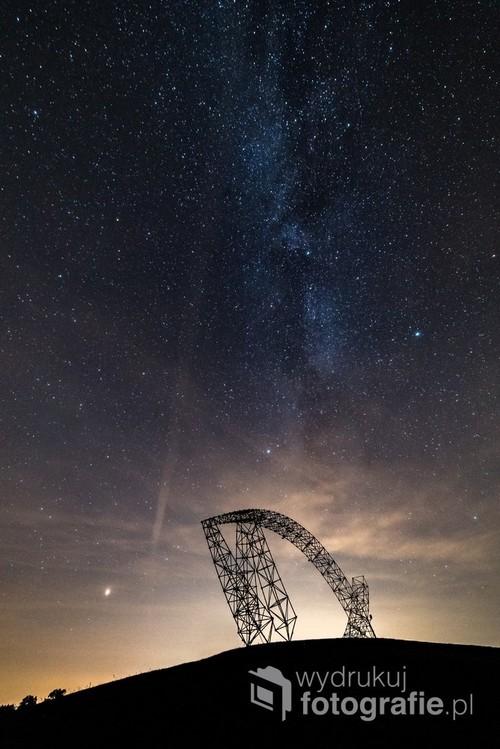 Zdjęcie przedstawia fragment Drogi Mlecznej nad Bramą Trzeciego Tysiąclecia, na polach Lednickich. Jedno naświetlanie, 5. października 2018, godzina 22:32, Pola Lednickie k. Gniezna