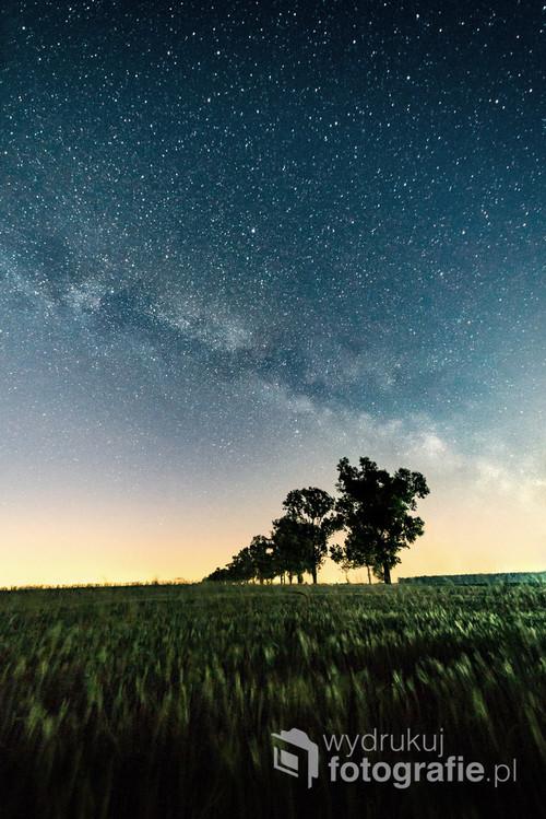 Droga Mleczna sfotografowana nad drogą między Rzymem a Sarbinowem Drugim, Jedna 30-sekundowa ekspozycja.  Zdjęcie zostało wykonane 3. czerwca 2019 roku o godzinie 23:55