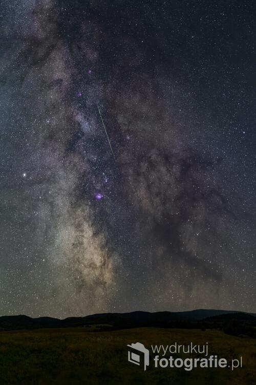 Droga Mleczna, gwiezdne pola w okolicy centrum naszej galaktyki, Mgławica Laguna oraz Ciemna Mgławica Czarnego Konia. Niebo przecina również meteor z roju Perseidów. Zdjęcie wykonane 21. sierpnia na polu nad Jabłonkami k/Baligrodu - pod najciemniejszym niebem w Polsce.